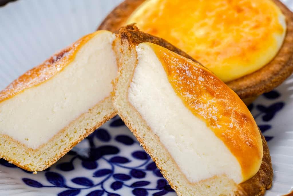 冷凍状態の焼きたてチーズタルトを半分に割った状態