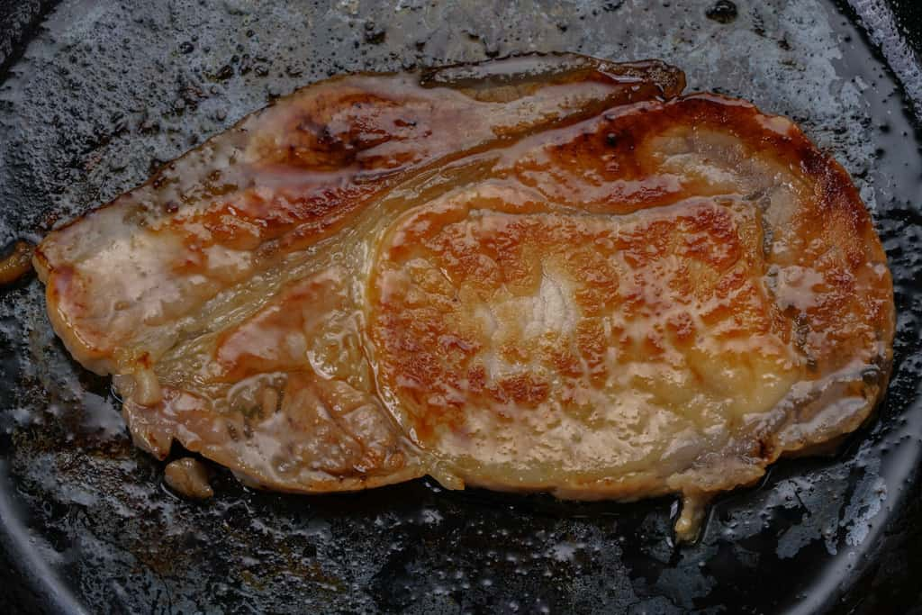 フライパンの上で焼きあがった秩父豚肉味噌漬本舗せかいの豚肉味噌漬け1枚