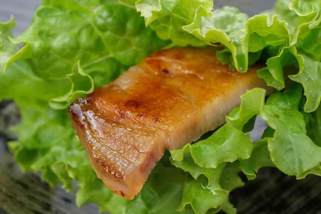 レタスで巻いた秩父豚肉味噌漬本舗せかいの豚肉味噌漬け