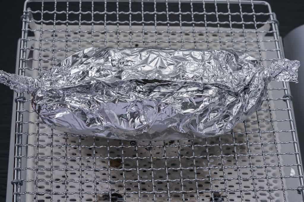 網の上でホイル焼きしている秩父豚肉味噌漬本舗せかいの豚肉味噌漬け