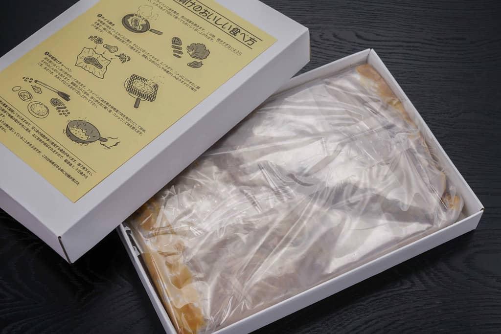 透明ビニール袋に包まれた秩父豚肉味噌漬本舗せかいの豚肉味噌漬け