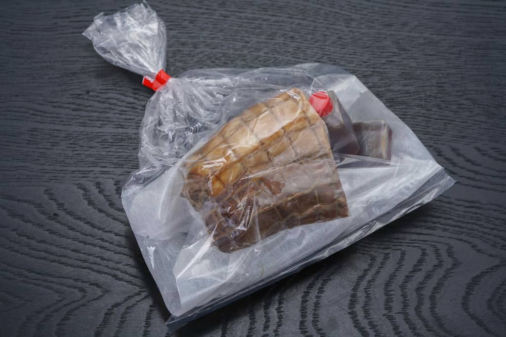 秩父豚肉味噌漬本舗せかいから届いた「やっと出会えたチャーシュー」の紙包みの中身
