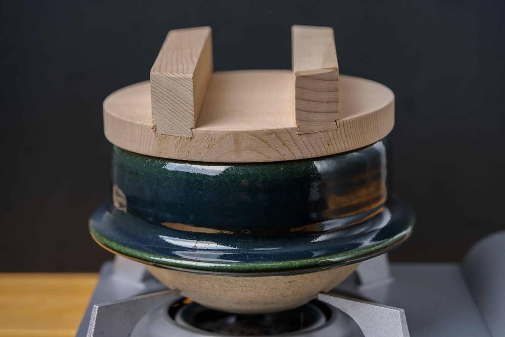 コンロの上に乗った土鍋