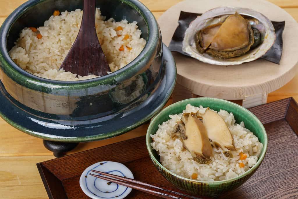 土鍋炊き込みご飯・姿煮あわび・茶碗に盛り付けたあわびご飯