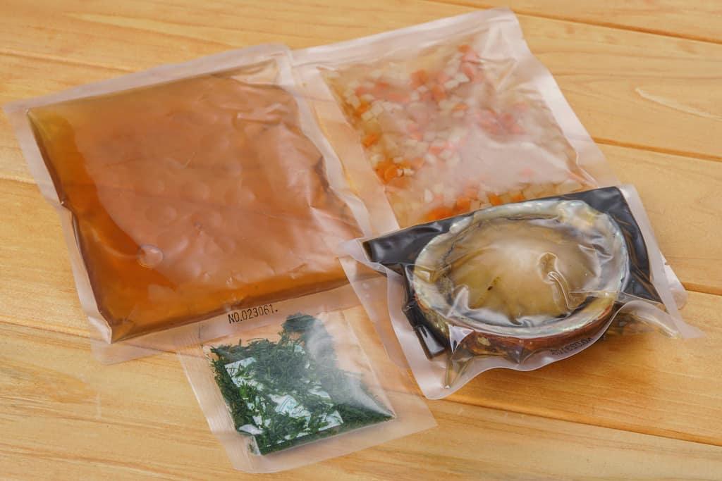 伊勢せきや「姿煮あわびごはんの素」の中身である調味液190g、あわび1個、野菜70g、青のり0.4g