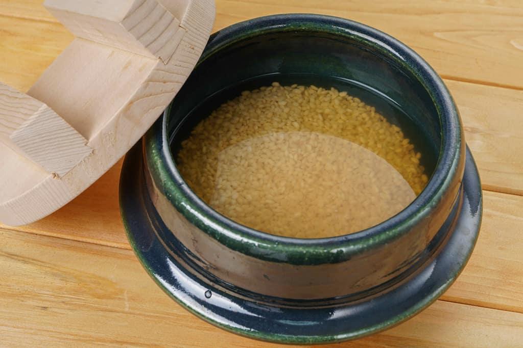 土鍋の中に研いだ米と調味液を入れる、炊き込みご飯