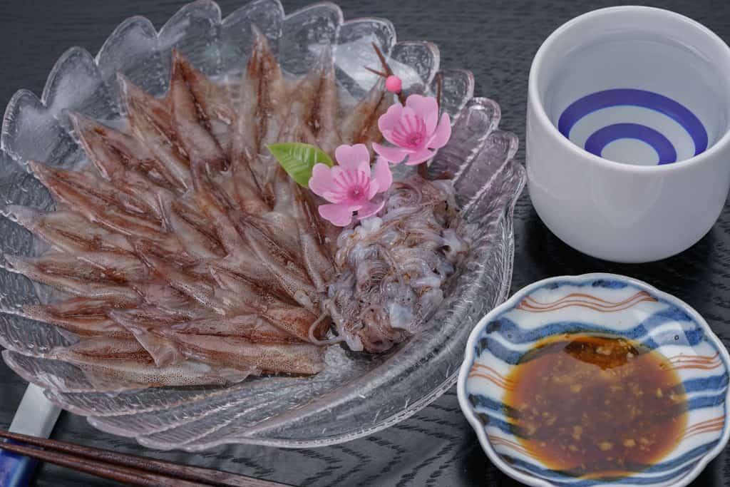ほたるいかの刺身と日本酒と生姜醤油