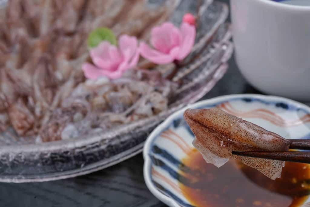 ホタルイカ刺身を生姜醤油につける