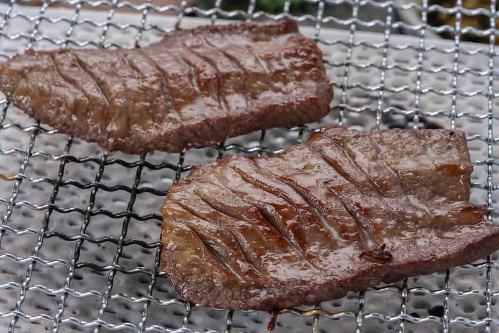 焼網の上でこんがりと焼きあがったたんや善治郎の味付牛たん塩