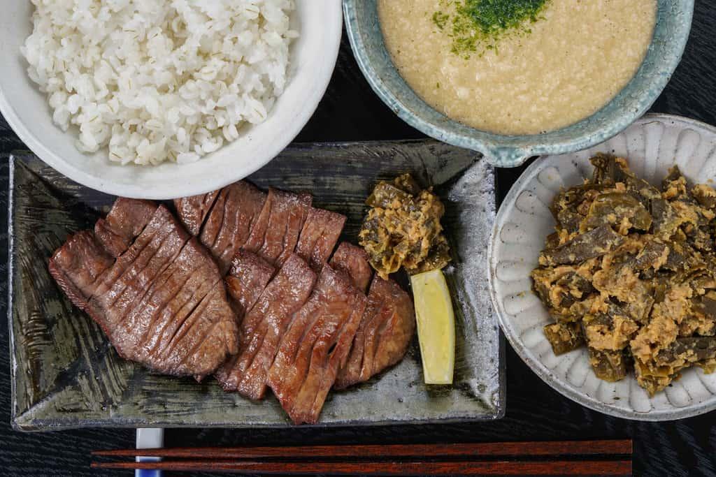 牛タン塩焼き・麦飯・とろろ・なんばん味噌漬け