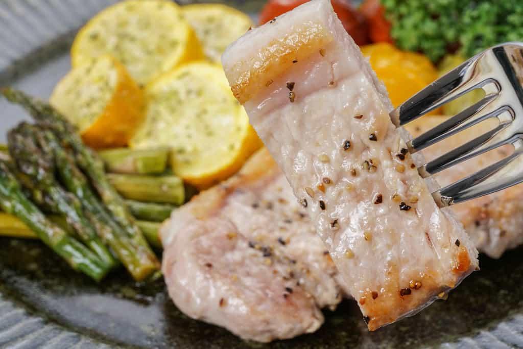 カットしてフォークで刺した天草梅肉ポークのロース肉