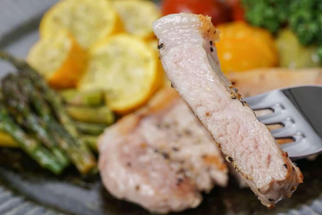 厚みのある塩胡椒で焼いた天草梅肉ポークのロース肉