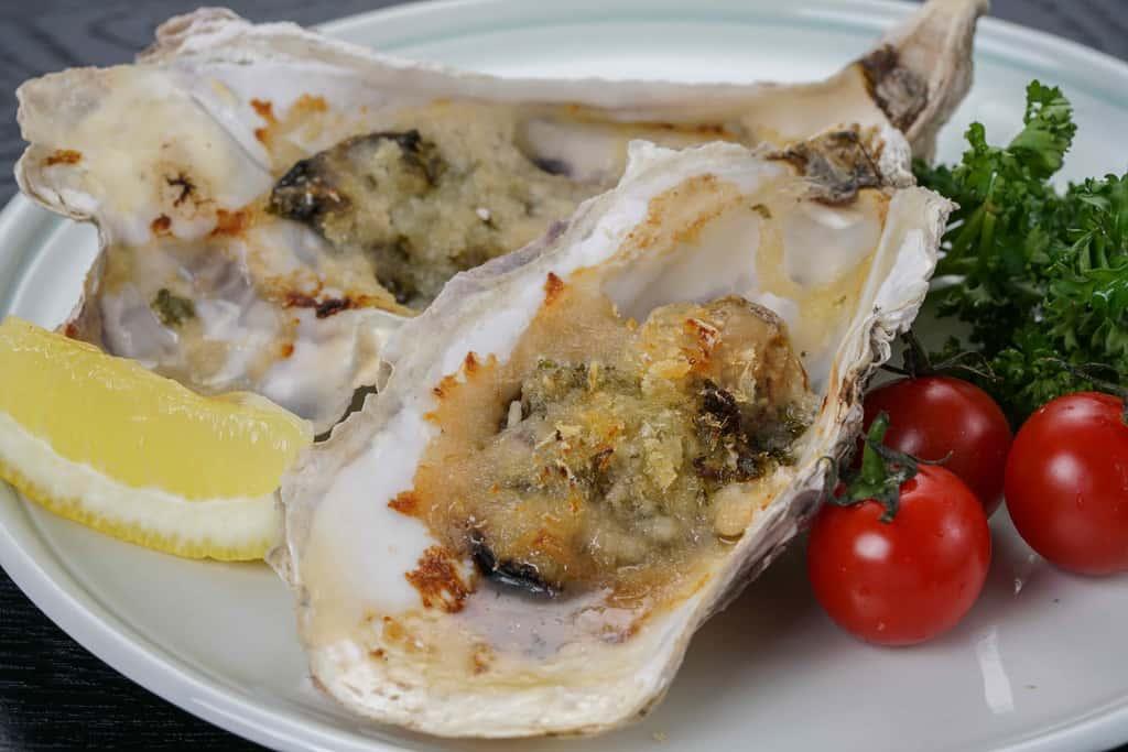 北海道厚岸産の牡蠣のエスカルゴバターグリル、パン粉で焼いた牡蠣・カットレモン・ミニトマト・パセリ