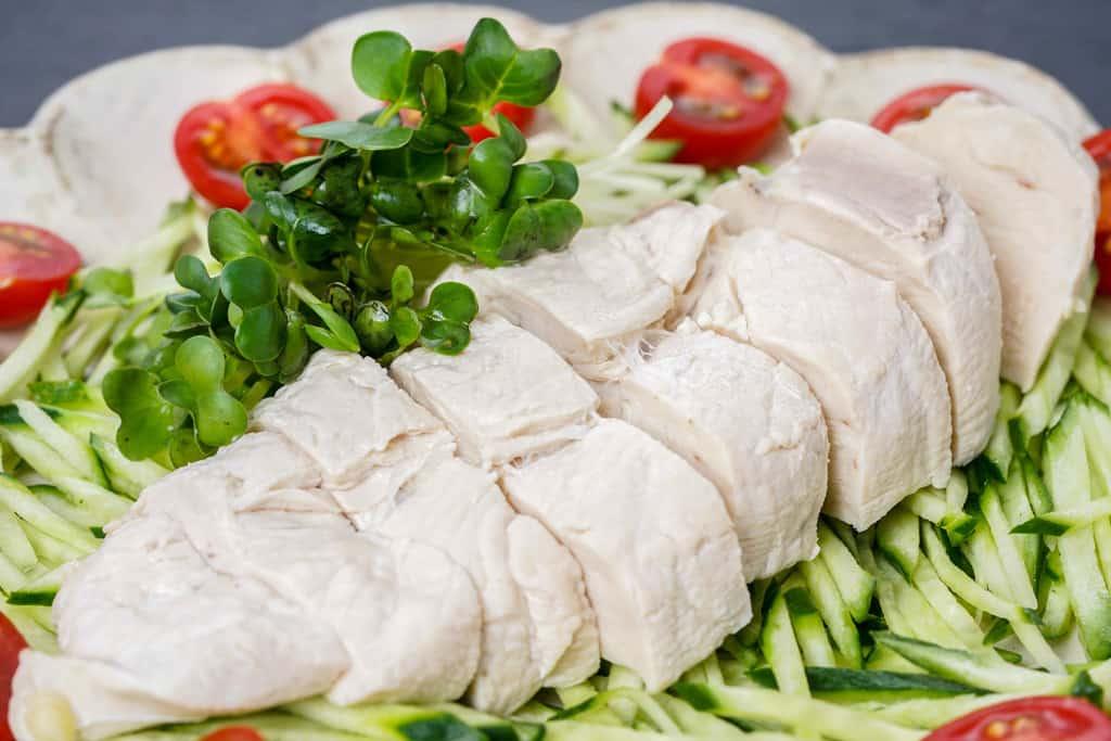 天草大王のむね肉の茹で鶏、天草大王のムネ肉を茹でてトマトときゅうりと盛り付け