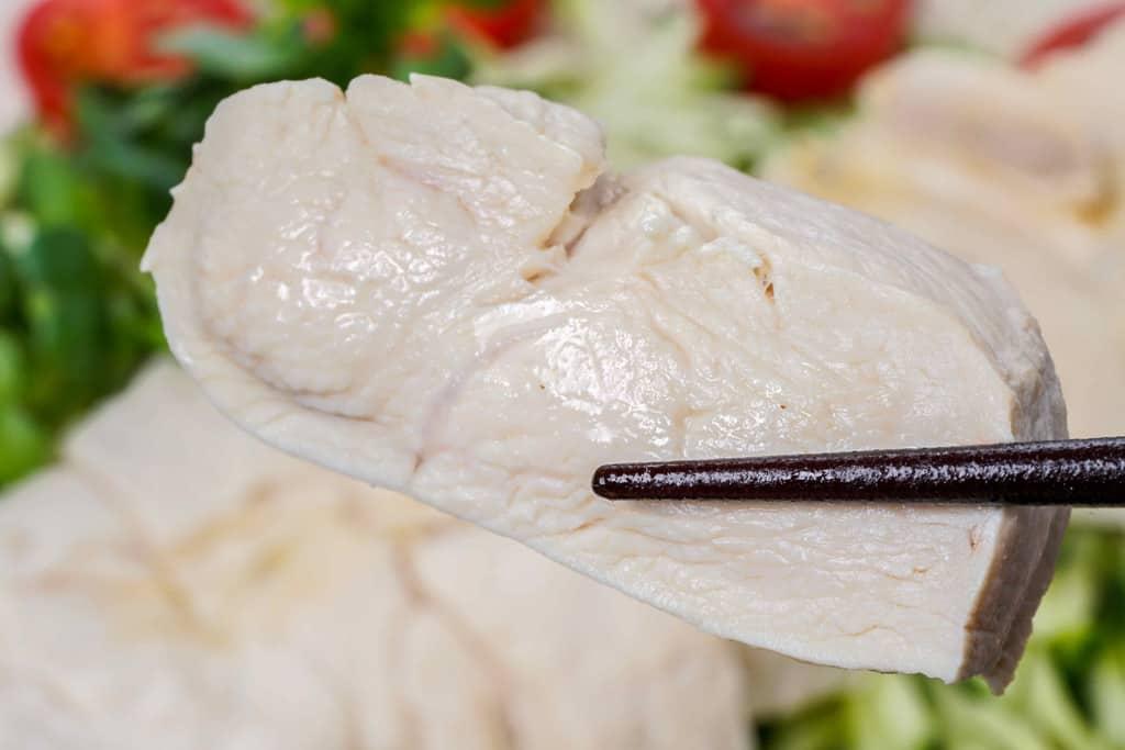 天草大王の茹でたムネ肉を箸で持ち上げる