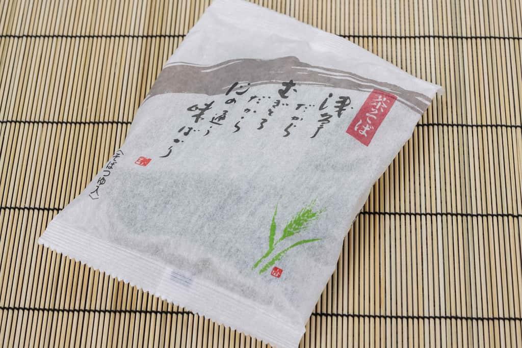 浅草むぎとろの「茶そば」のパッケージ