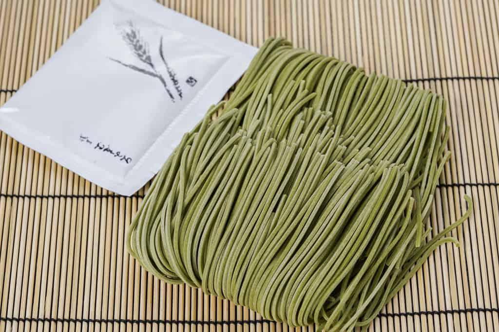 浅草むぎとろの「茶そば」のパッケージの中身、乾麺の茶そばとタレ