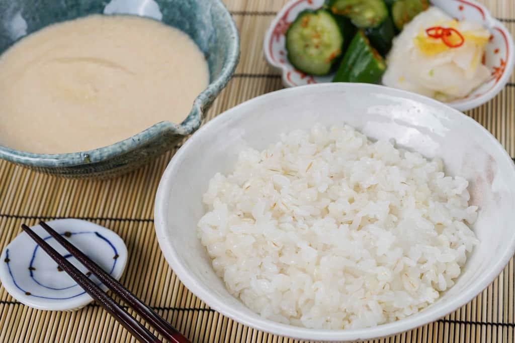 麦飯・とろろ・漬物、小鉢に入った浅草むぎとろの味付とろろと麦飯と漬物
