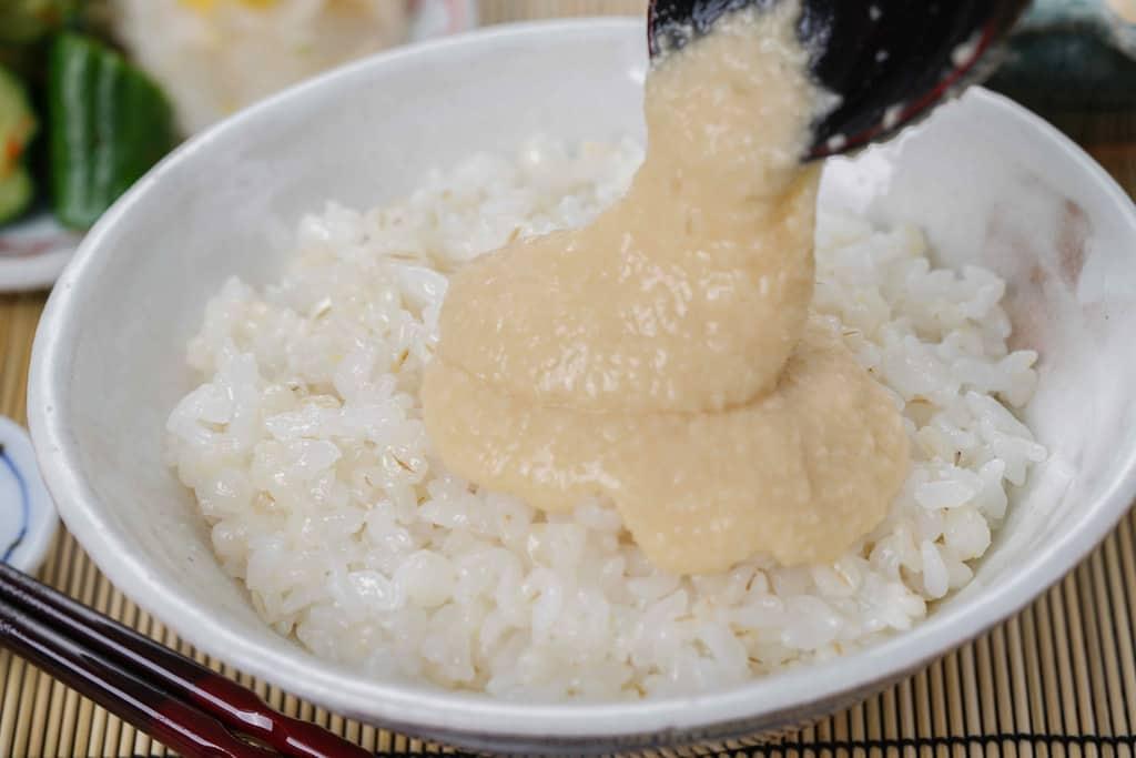 浅草むぎとろの味付とろろを麦飯にかける