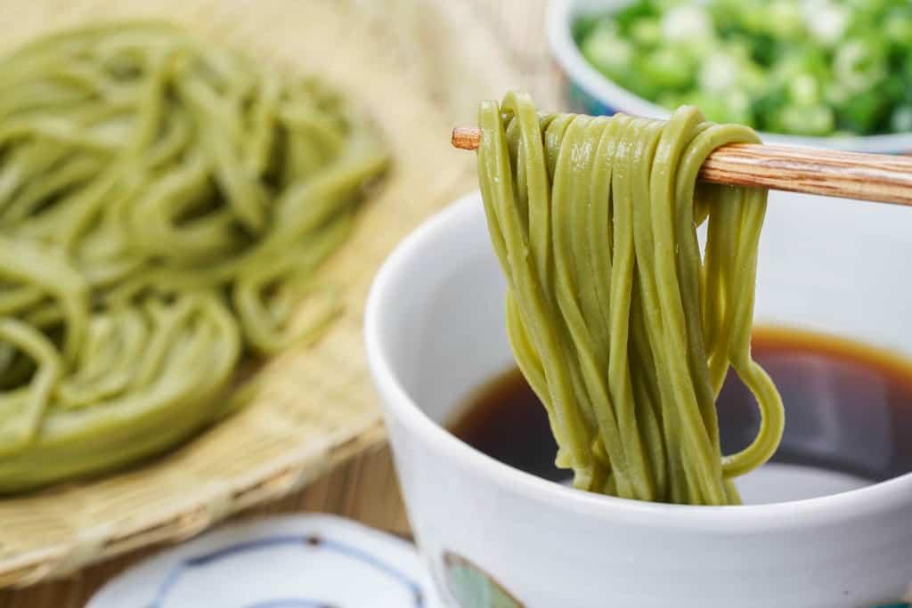 浅草むぎとろの茹でた茶そばを箸で持ち上げる