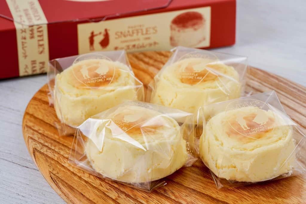 化粧箱から取り出してカッティングボードの上に並べたペイストリースナッフルスのチーズオムレット4個