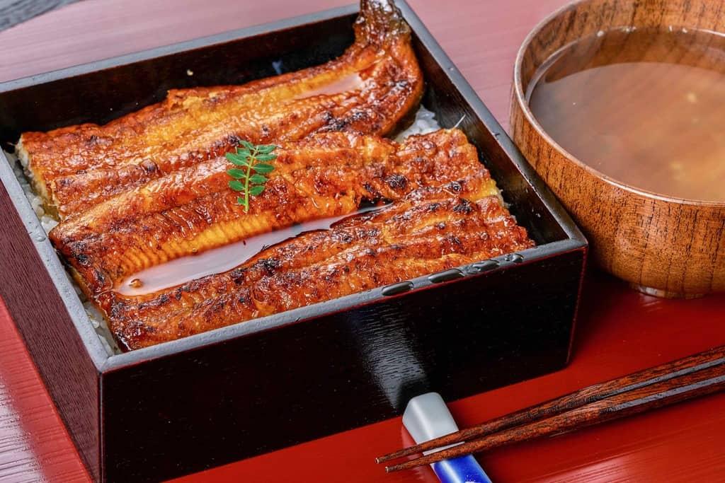 うな重とお吸い物と箸、うなぎのたなかのうな丼