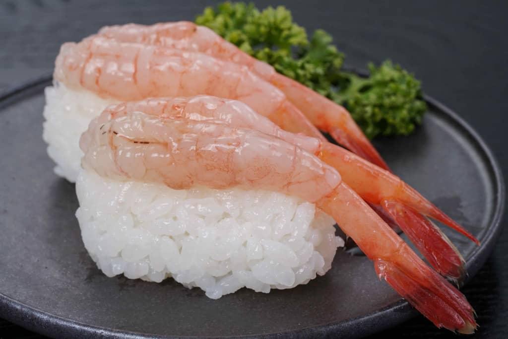 皿にのった甘えびの寿司2貫
