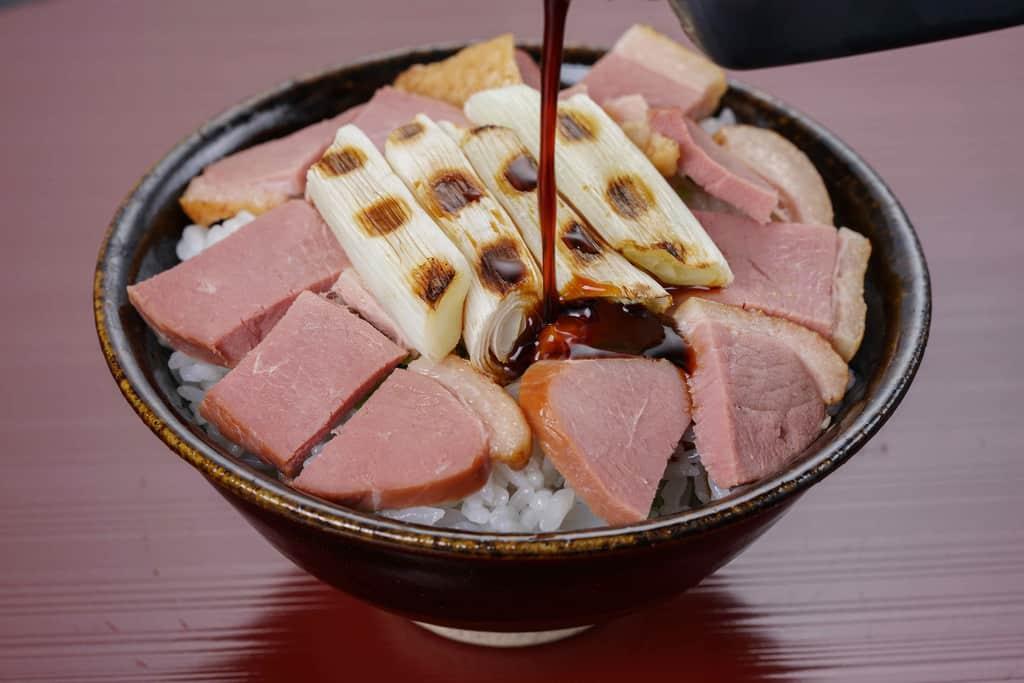 合鴨スモーク・焼いたネギ・ご飯にたれをかける