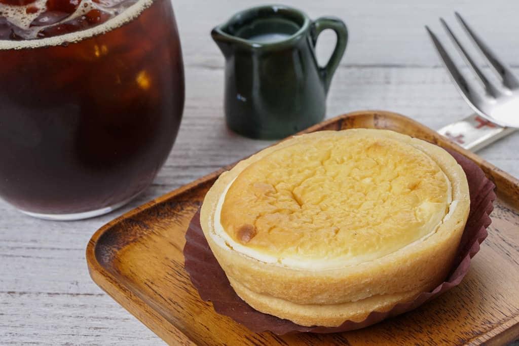 木の皿に乗ったフラノデリスの「ふわっとプチ」・アイスコーヒー・ミルク