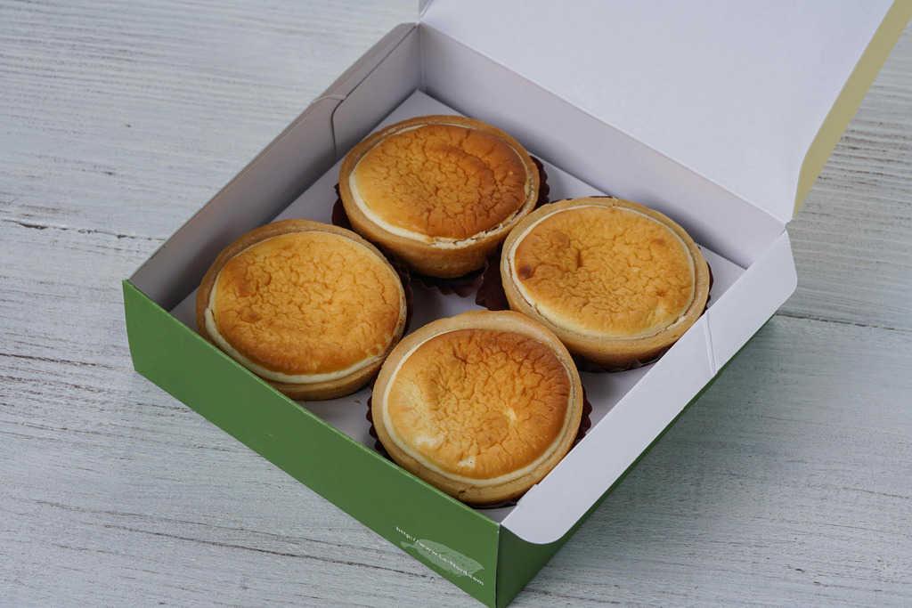 フラノデリス「ふわっとプチ(4個入)」の箱を開けた状態、箱の中に4個のチーズケーキ「ふわっとプチ」