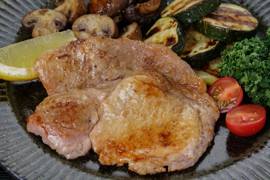 フライパンで焼いた唐津くん煙工房の「豚ロース塩糀漬」
