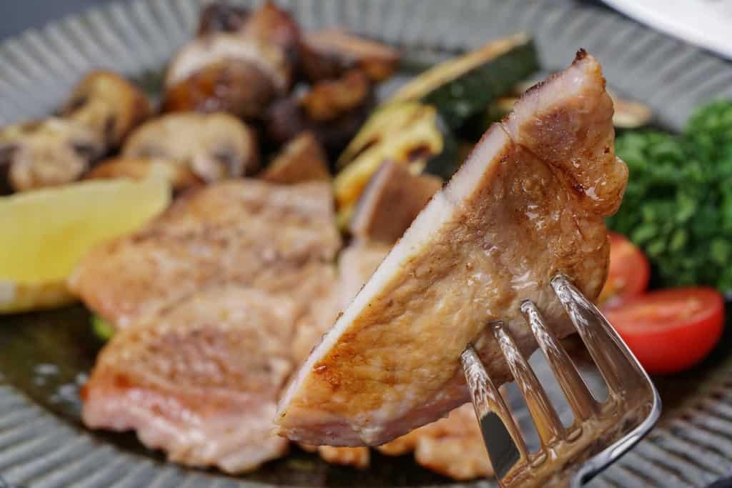 グリルした野菜と焼いた豚ロース塩麹漬1枚を皿に盛り付け