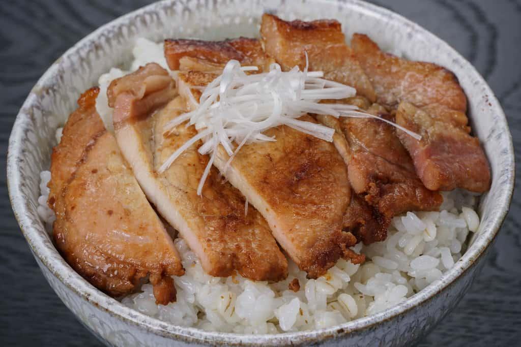 豚味噌漬け丼、焼いた唐津くん煙工房「豚ロース味噌漬」をご飯の入った丼にのせて