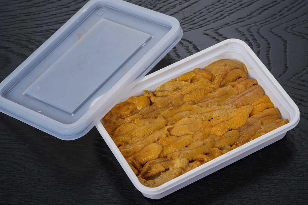 まぐろ処一条「本マグロ大トロ入り海鮮グルメセット」のウニ、容器に入ったチリ産のウニ