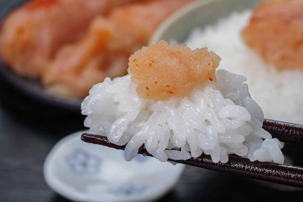 ご飯に乗った藻塩辛子明太子を箸でつまむ