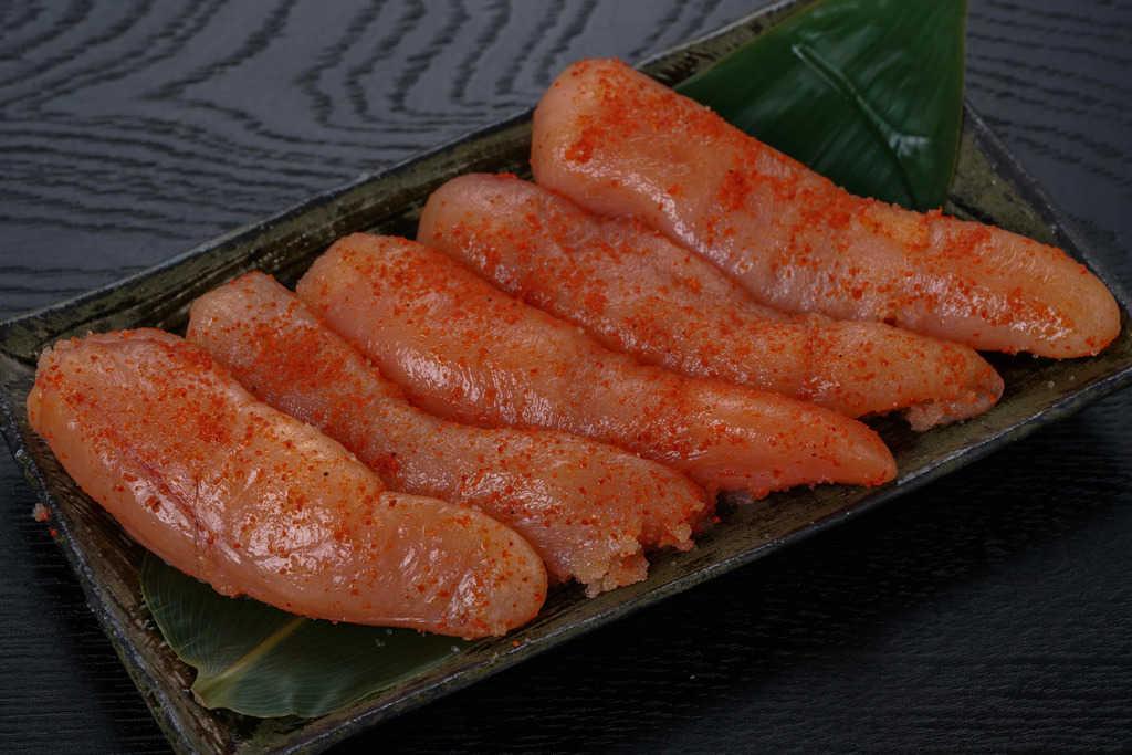 マルミヤフーズの藻塩辛子明太子5本を皿に盛り付け