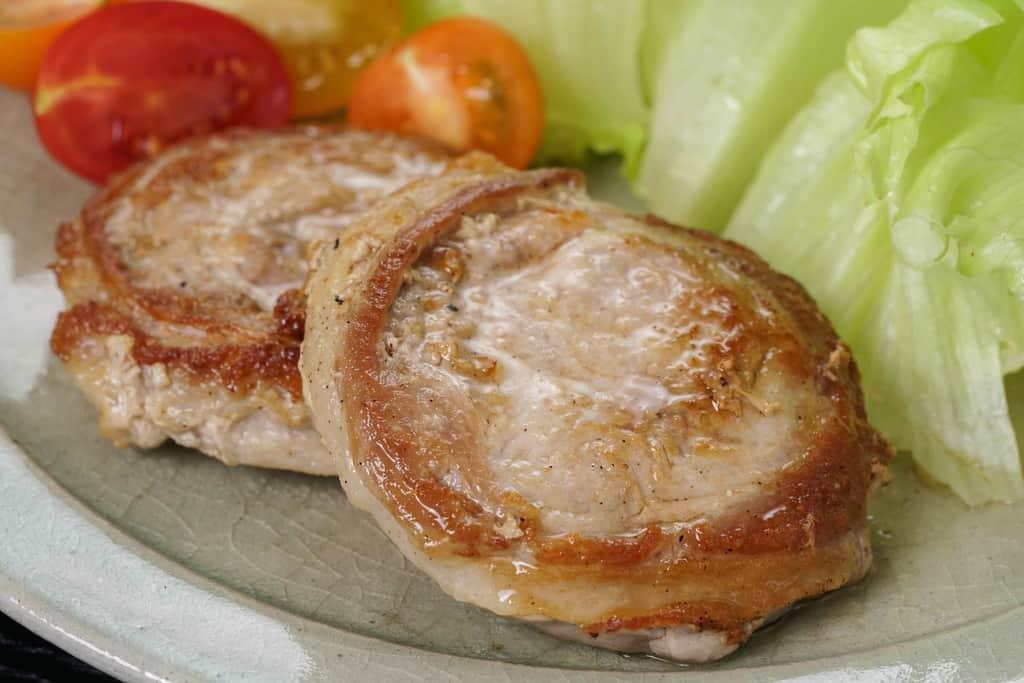 こんがりと焼けた黒豚ロールステーキ2枚・レタス・ミニトマト