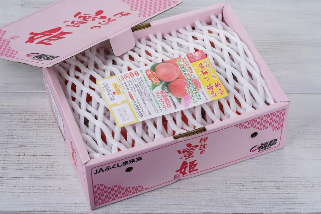 JAふくしま未来の桃「伊達の蜜姫」が入った箱のふたを開ける