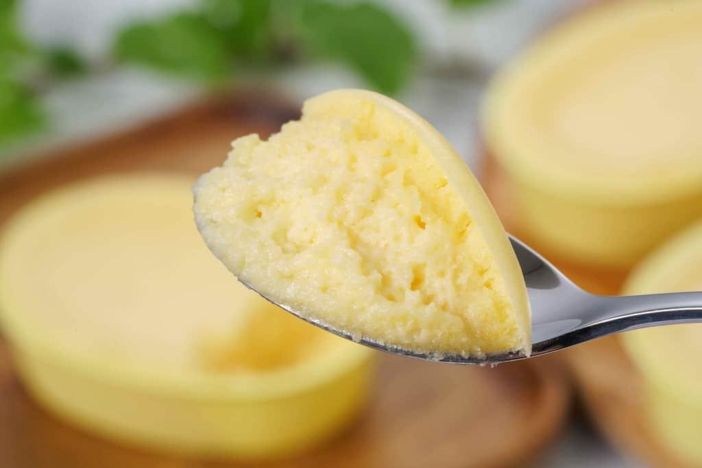 アルパジョンのチーズケーキ「朝の八甲田」をスプーンですくう、スプーンに乗ったチーズケーキ朝の八甲田