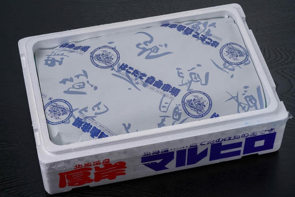 はこだて自由市場の包み紙が入った発泡スチロールの箱