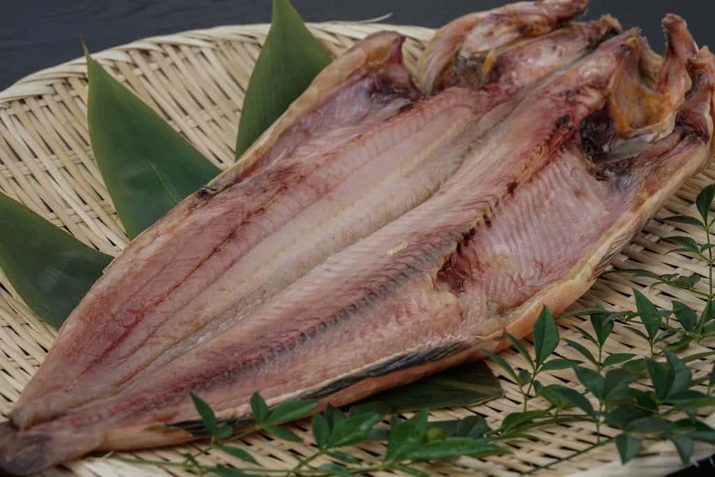竹ざるに乗せた高野鮮魚店の特大サイズの海峡根ボッケ開き1枚