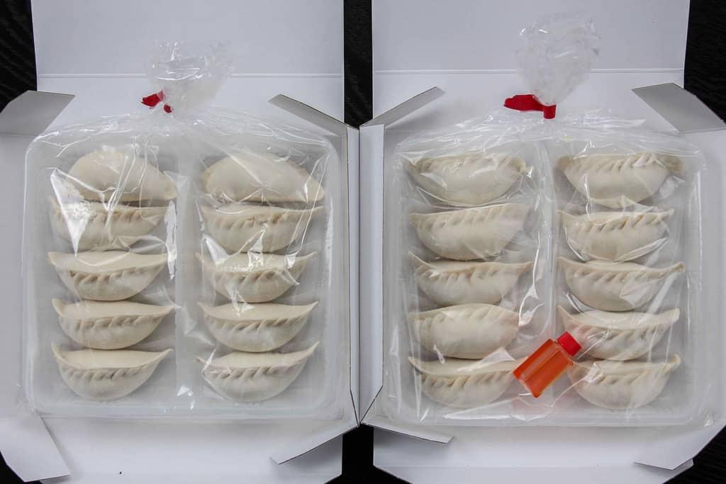 透明ビニール袋の中のトレーに入った蓮月の「手づくり焼き餃子」10個入り2セット