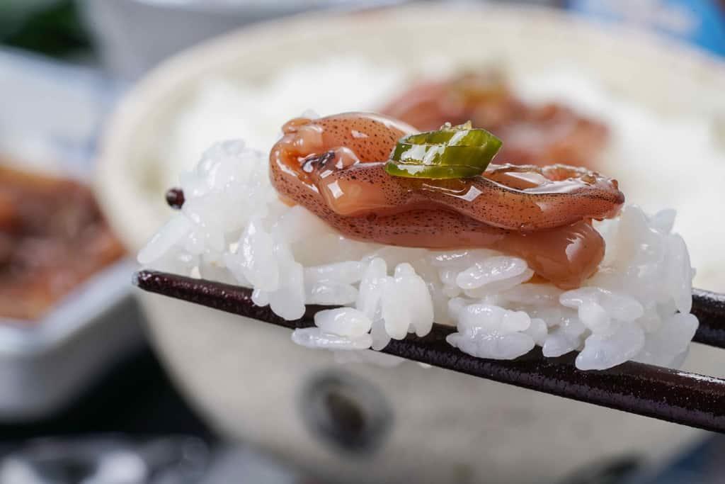 箸の上にご飯といかゲソの沖漬け