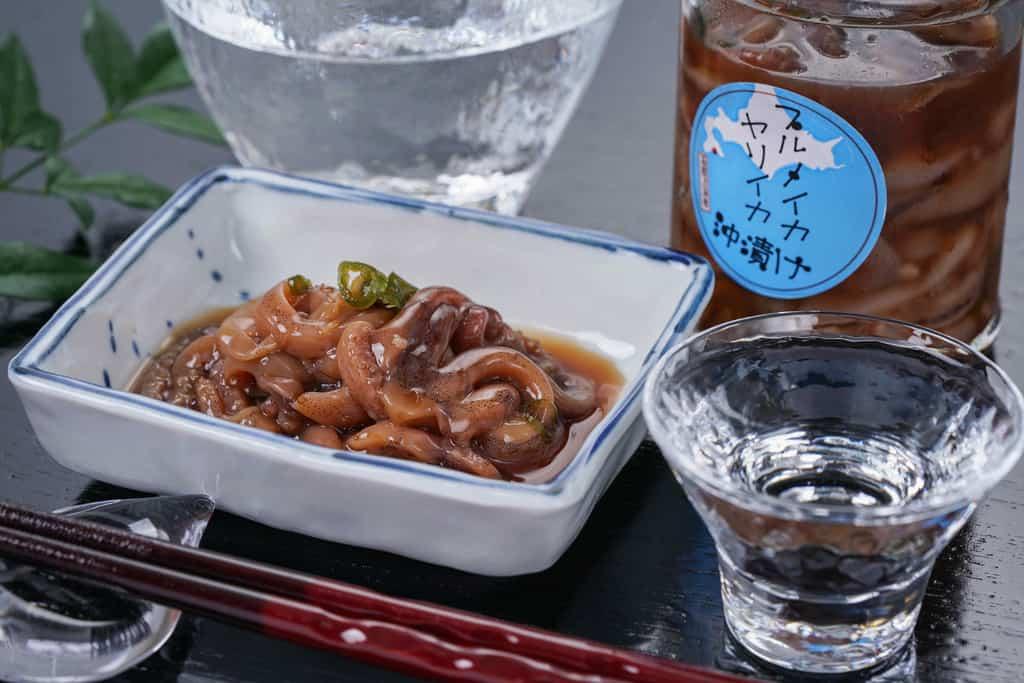 高野鮮魚店の自家製近海イカ刻み沖漬け・冷酒・箸・箸置き