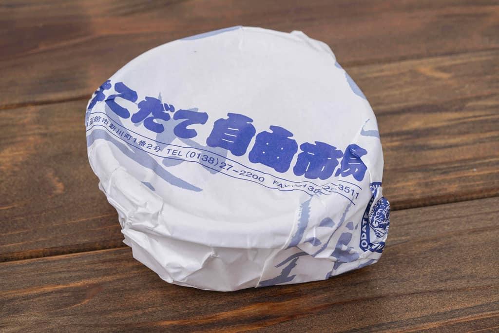 はこだて自由市場にある高野鮮魚店から届いた自家製いくら醤油漬けのパッケージ、包装紙に包まれたいくら醤油漬け