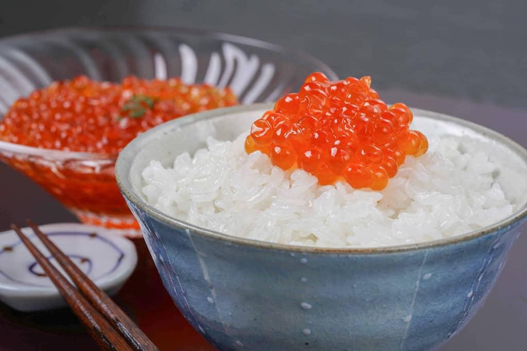 白いご飯の上にこんもりと盛った高野鮮魚店の自家製イクラ醤油漬け