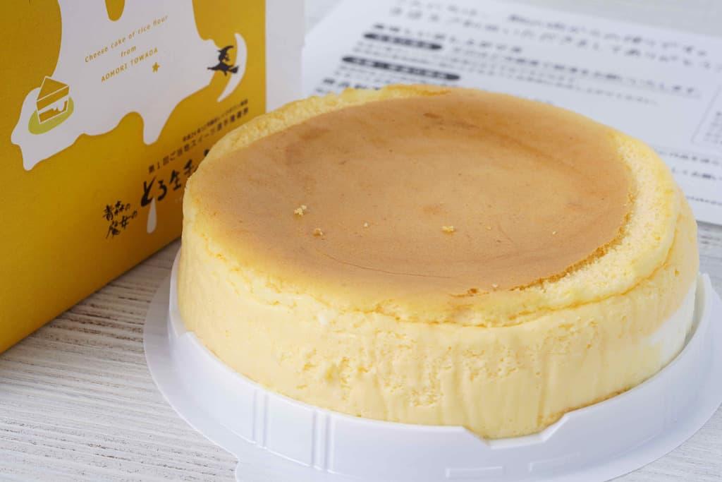 容器の蓋を取った状態のとろ生チーズケーキ