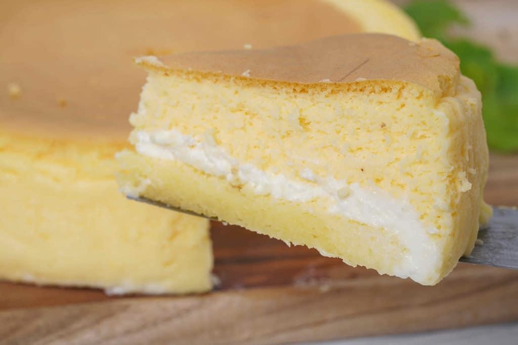 カットしたとろ生チーズケーキをケーキサーバーで持ち上げる
