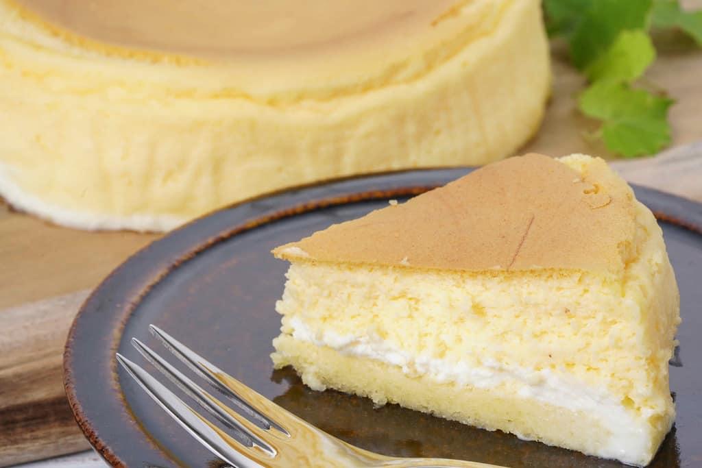 皿の上のとろ生チーズケーキとフォーク