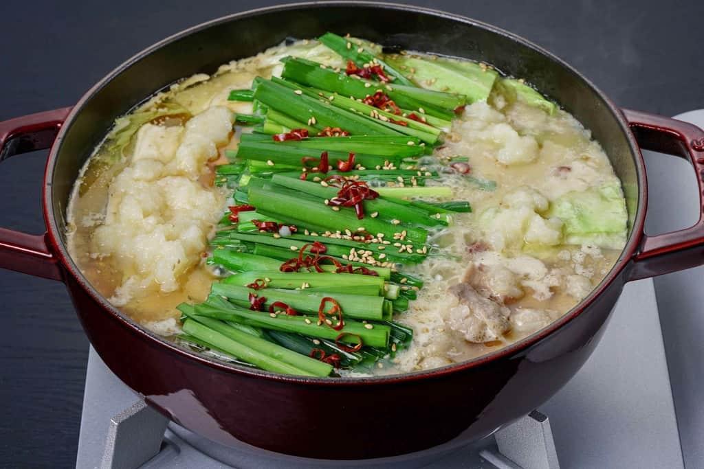 蟻月の白のもつ鍋、たっぷりのニラ・とうがし・ごま・モツ・キャベツ・豆腐・ごぼうが入ったもつ鍋、ストウ鍋でもつ鍋を作る